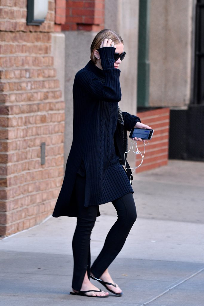www.acepixs.com October 5 2016, New York City Ashley Olsen wears all black as she leaves a downtown hotel on October 5 2016 in New York City By Line: Curtis Means/ACE Pictures ACE Pictures Inc Tel: 6467670430 Email: infoacepixs.com www.acepixs.com